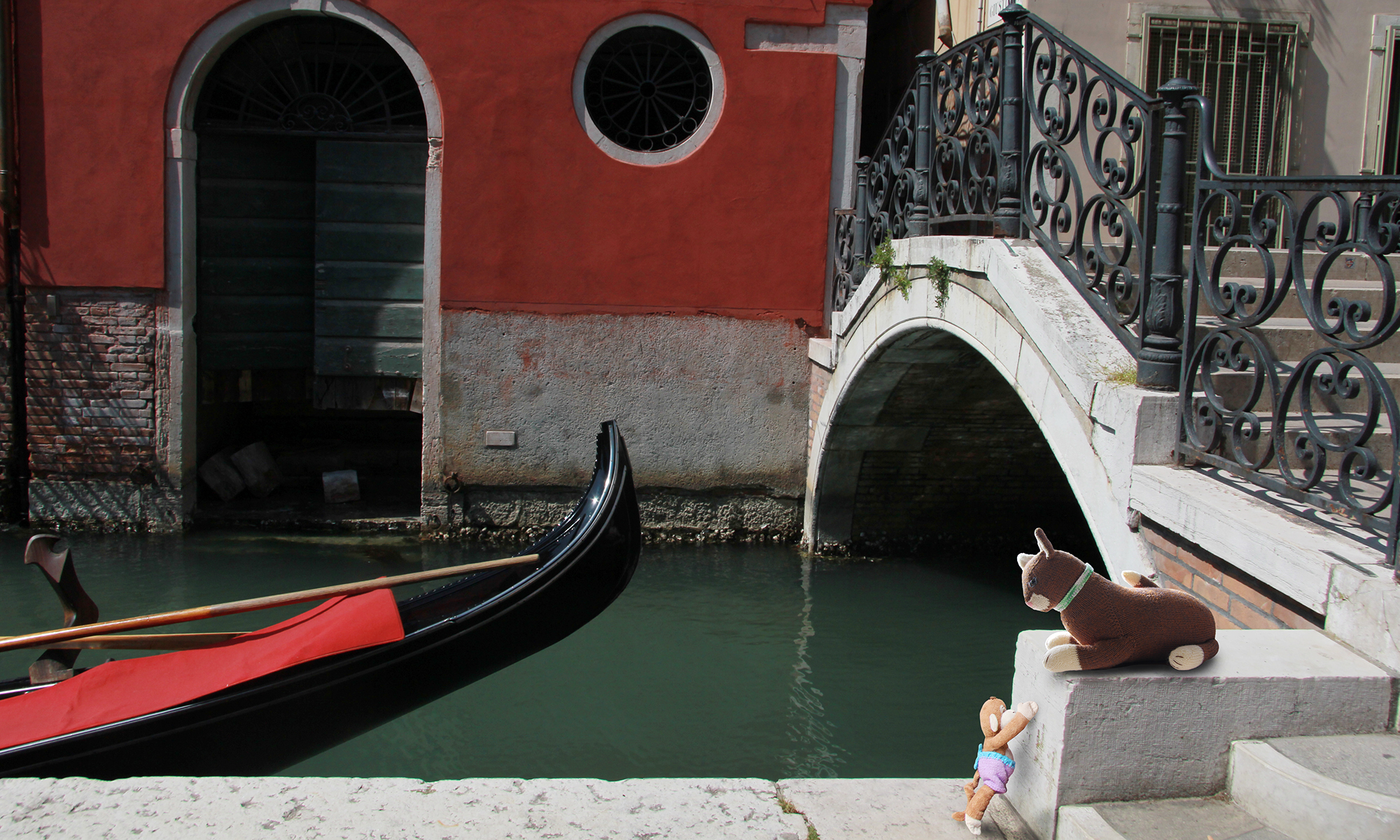 Tomasina the knitted cat in Venice with Monkey